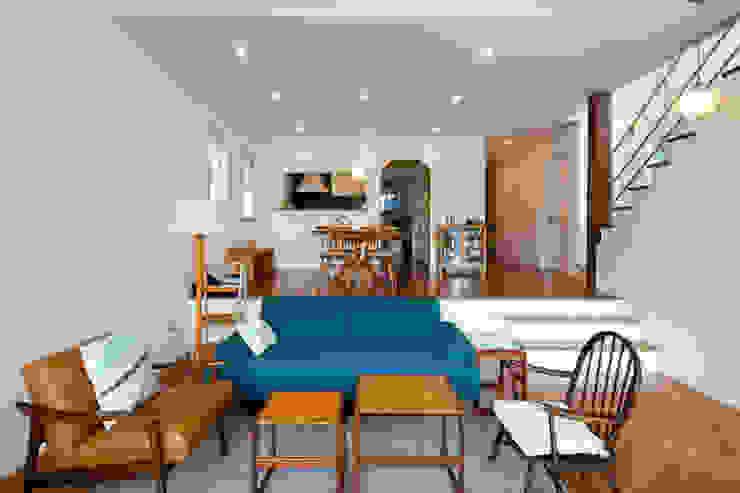 적고벽돌을 이용한 마감이 아름다운 서종면 정배리의 목조주택- 거실 모던스타일 거실 by 위드하임 모던