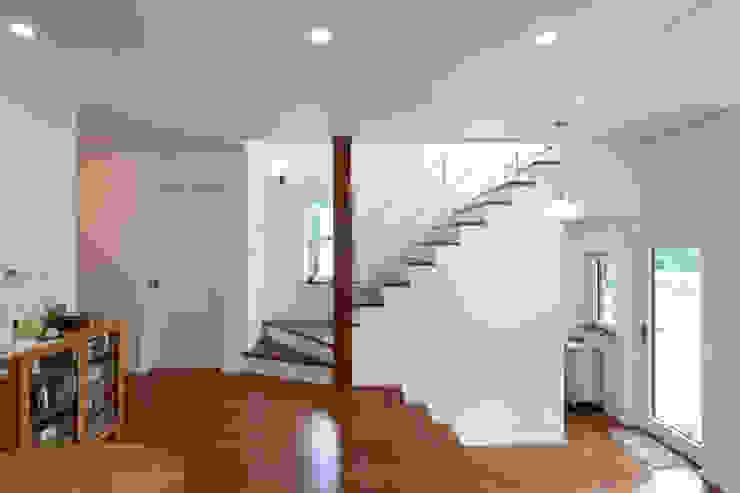 적고벽돌을 이용한 마감이 아름다운 서종면 정배리의 목조주택- 계단 by 위드하임 모던