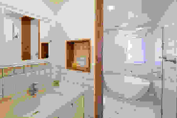 적고벽돌을 이용한 마감이 아름다운 서종면 정배리의 목조주택- 욕실 모던스타일 욕실 by 위드하임 모던 타일