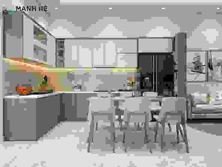 Tủ bếp có khung để tủ lạnh gọn gàng chừa khoảng trống cho chiếc bàn ăn thoải mái Phòng ăn phong cách hiện đại bởi Công ty TNHH Nội Thất Mạnh Hệ Hiện đại