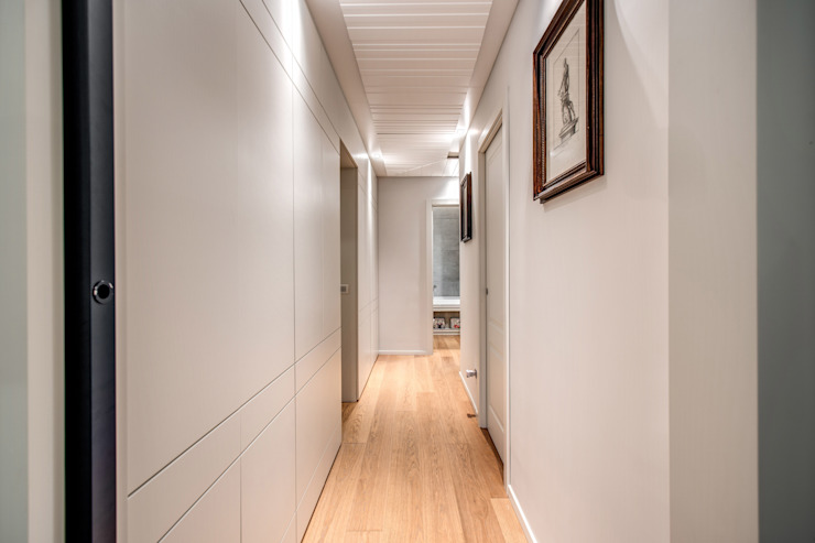 Modern Corridor, Hallway and Staircase by MOB ARCHITECTS Modern