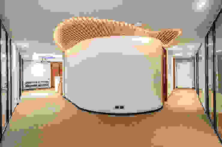 BARBERINI Ingresso, Corridoio & Scale in stile moderno di MOB ARCHITECTS Moderno