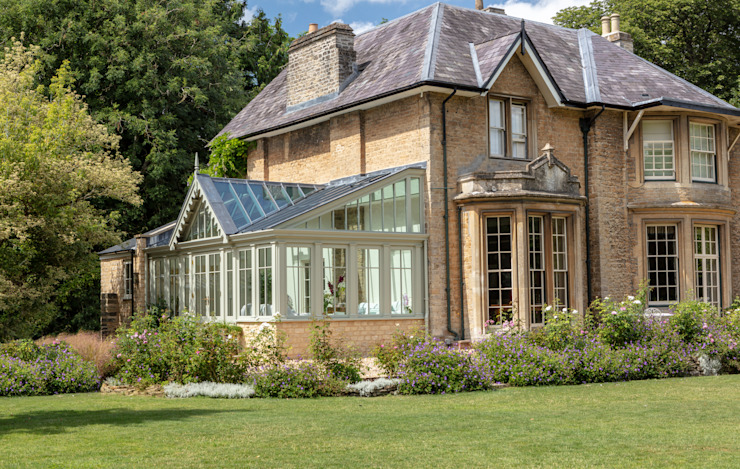 An elegant period property with a bespoke conservatory that includes design features mirrored from the house Konservatori Klasik Oleh Vale Garden Houses Klasik Kayu Wood effect