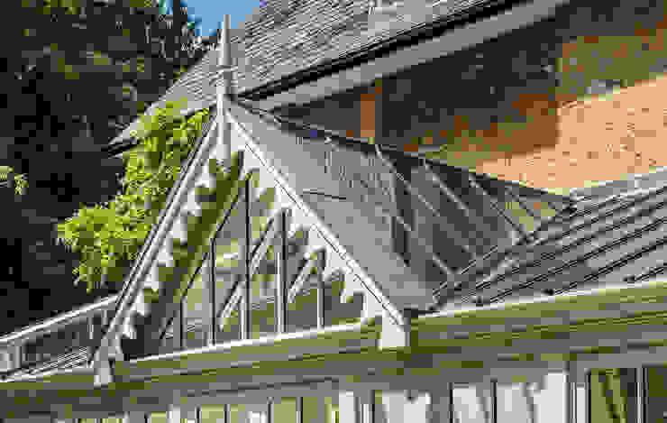 Close up of conservatory gable end detail Konservatori Klasik Oleh Vale Garden Houses Klasik Kayu Wood effect