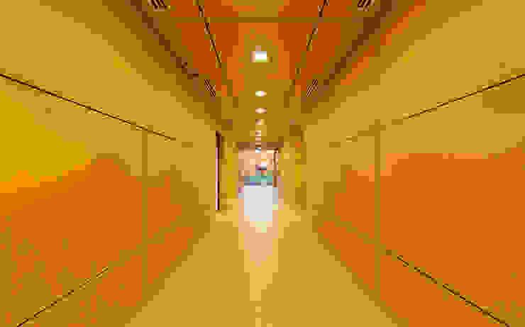 Nowoczesny korytarz, przedpokój i schody od mutarestudio Arquitectura Nowoczesny