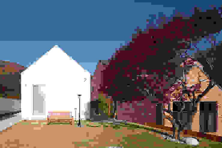 외부 마감과 내부 마감을 화이트톤으로 통일한 백옥같은 서종면 정배리 양평목조주택-주택외관 by 위드하임 모던