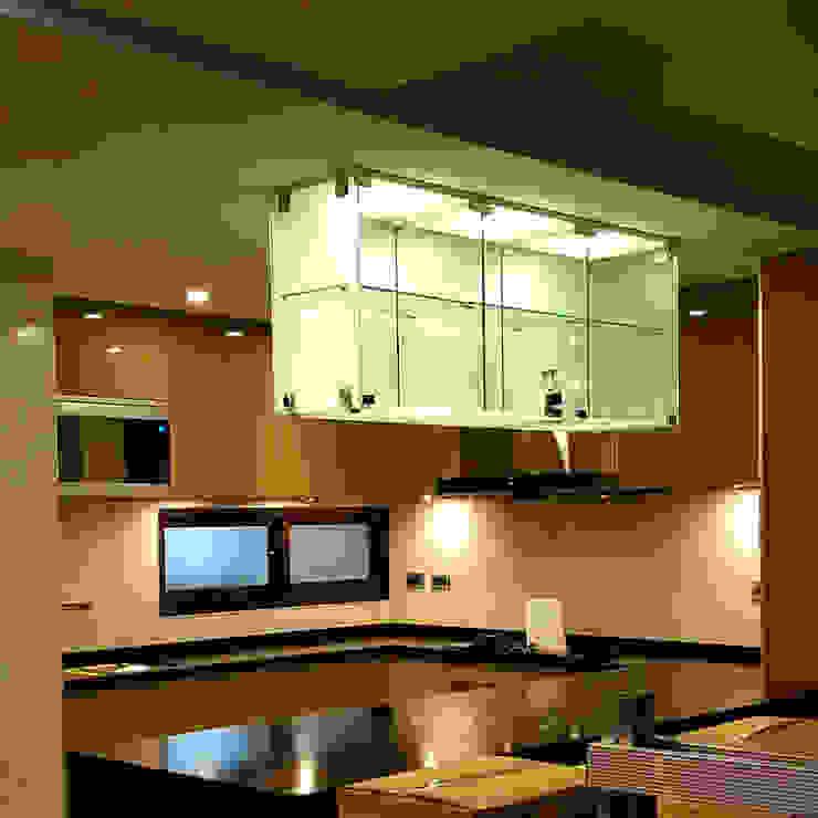 ㄇ字型中島廚具 現代廚房設計點子、靈感&圖片 根據 微.櫥設計/We.Design Kitchen 現代風
