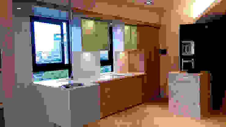 一字形廚具+半島 現代廚房設計點子、靈感&圖片 根據 微.櫥設計/We.Design Kitchen 現代風
