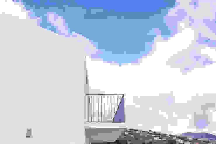 Empena da cobertura de duas águas e varanda do piso superior por AA.Arquitectos Eclético Ferro/Aço