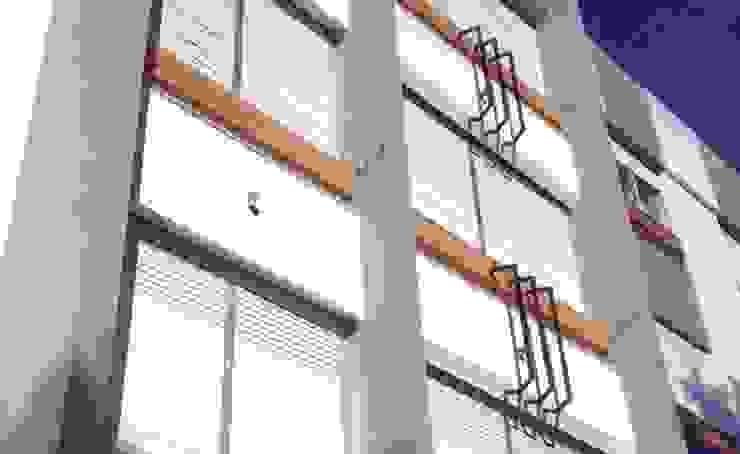 Pintura e isolamento de fachadas Paredes e pisos modernos por VITALOBRAS Moderno