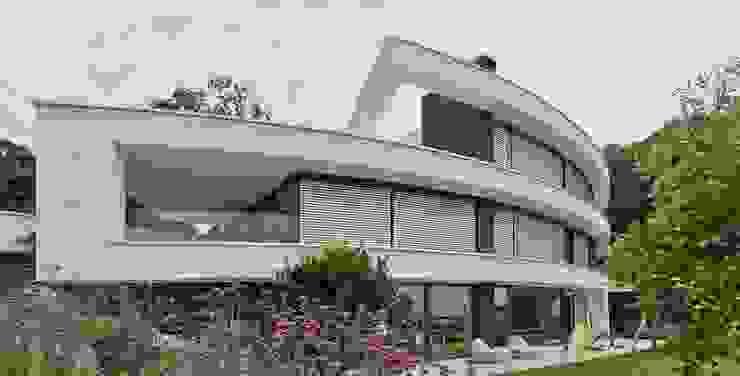 Ansicht der gebogenen Fassade von Avantecture GmbH Modern