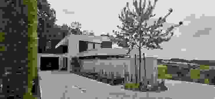 Eingangsbereich mit Garage von Avantecture GmbH Modern