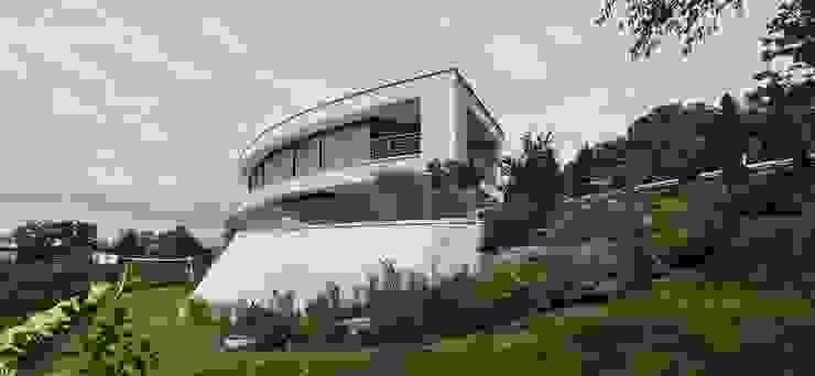 Gebogene Fassade der Villa in Hanglage von Avantecture GmbH Modern