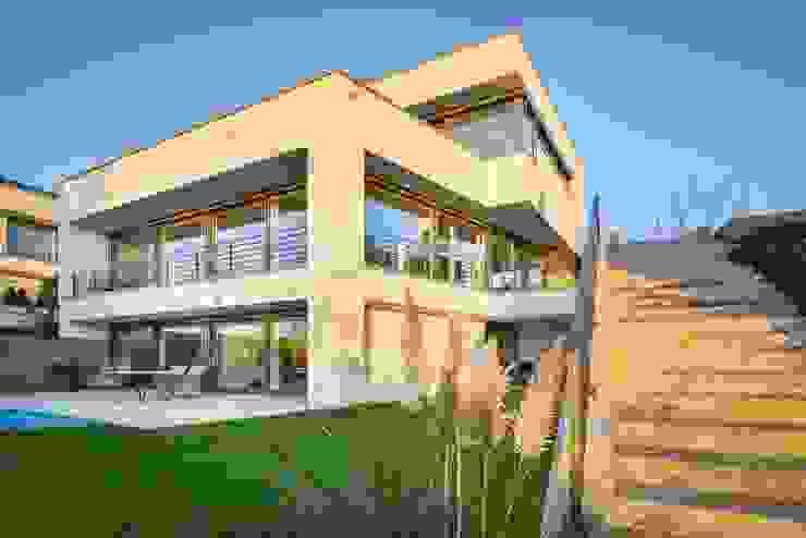 Flachdachvilla in Hanglage von Avantecture GmbH Modern