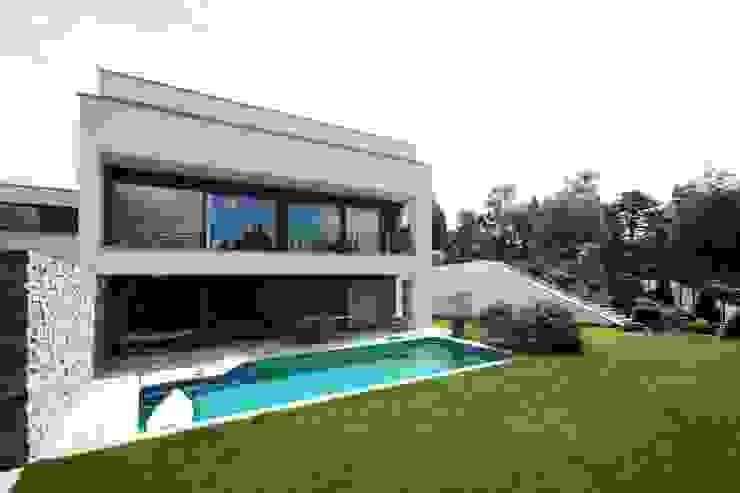 Pool- und Gartenansicht von Avantecture GmbH Modern