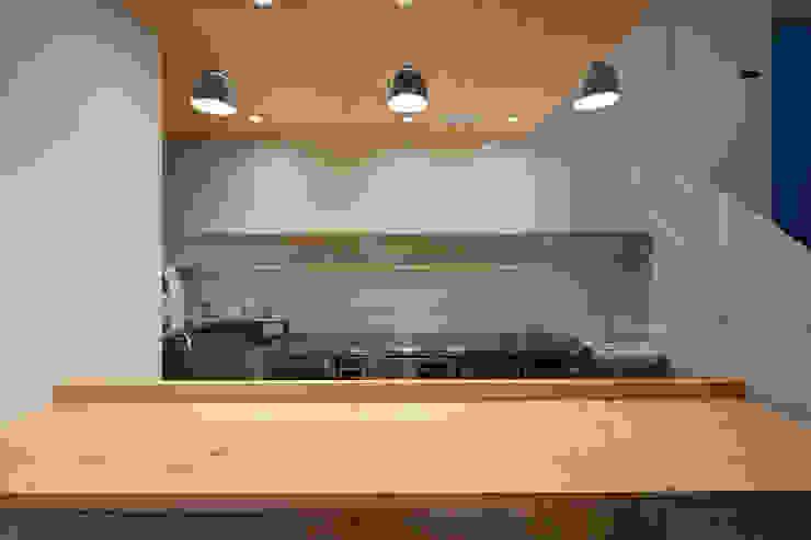 Cocinas de estilo moderno de 富谷洋介建築設計 Moderno