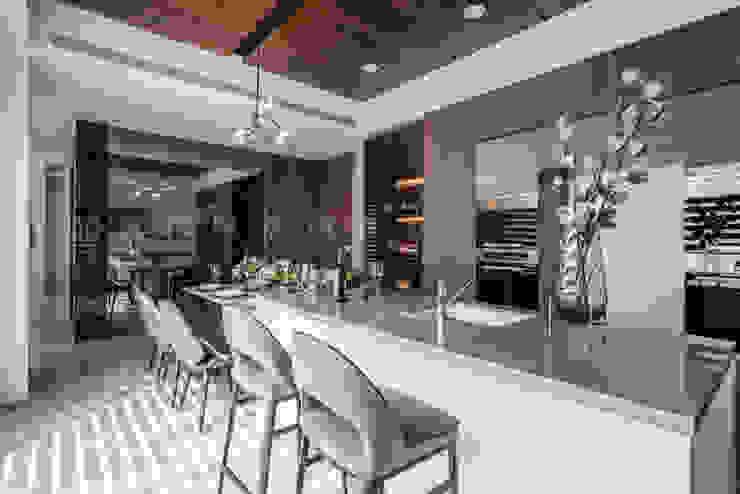 仁安墅/靜心觀築 現代廚房設計點子、靈感&圖片 根據 SING萬寶隆空間設計 現代風