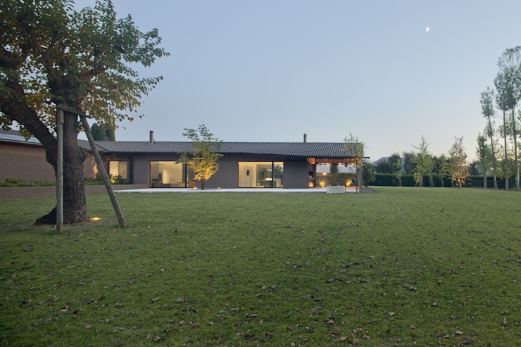 110_Abitazione in campagna Casa rurale di MIDE architetti Rurale