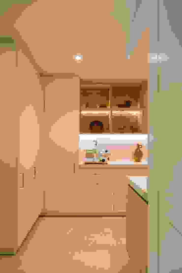 Oleh ÈMCÉ interior architecture Modern Kayu Wood effect