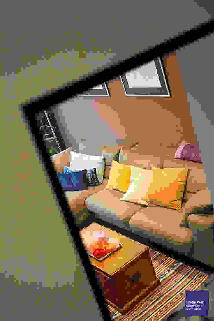 doorkijk naar lounge: modern  door Studio Kuin BNI, Modern