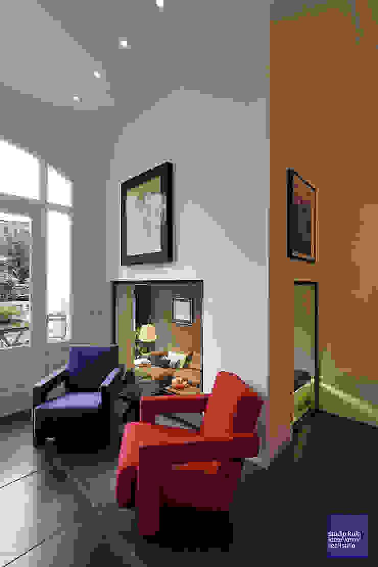 doorkijk naar de lounge Moderne woonkamers van Studio Kuin BNI Modern