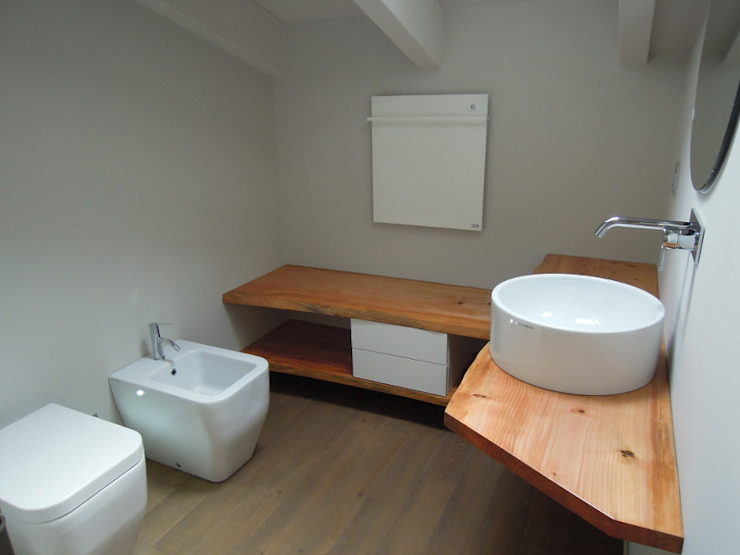 Minimalist style bathroom by CLARE studio di architettura Minimalist