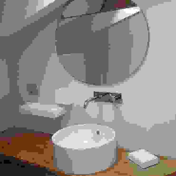 Colonial style bathroom by CLARE studio di architettura Colonial