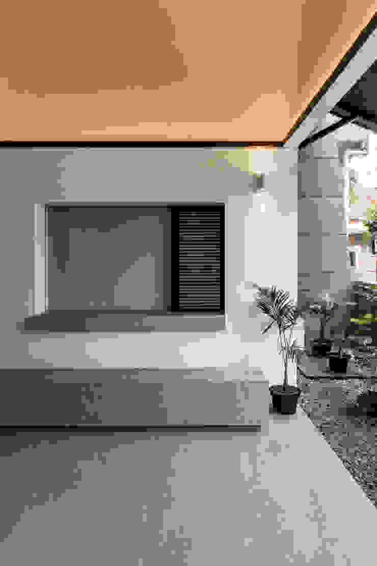 Terrace pram.studio Balkon, Beranda & Teras Minimalis Batu Bata White