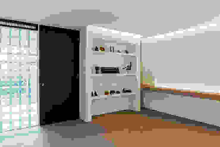 Living pram.studio Ruang Keluarga Minimalis Kayu White