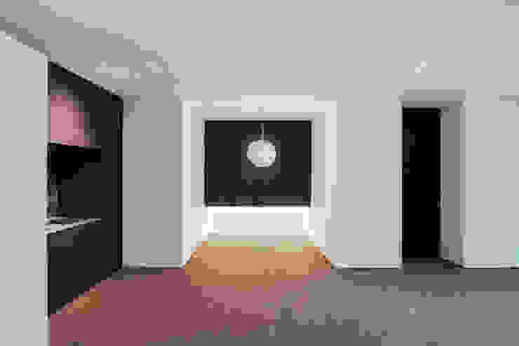 Dining pram.studio Ruang Keluarga Minimalis Granit White