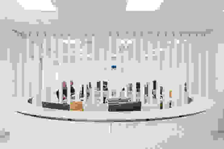 Systemclip by Serastone Modern study/office Wood White