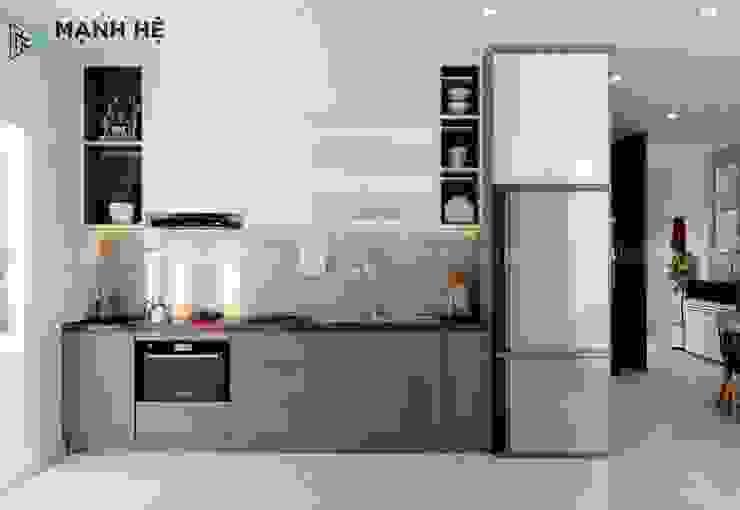 Tủ bếp gỗ công nghiệp có ngăn chứa tủ lạnh gọn gàng Nhà bếp phong cách hiện đại bởi Công ty TNHH Nội Thất Mạnh Hệ Hiện đại