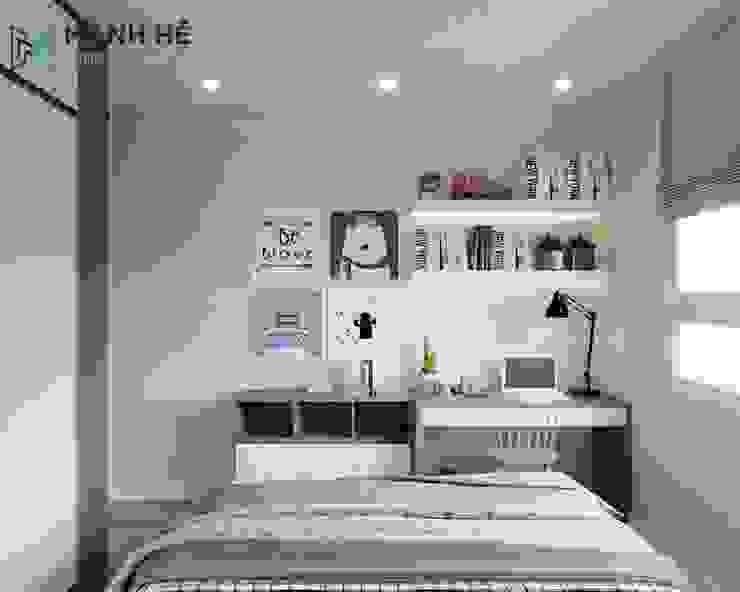 Chiếc bàn học đơn giản được đặt cạnh cửa sổ giúp bảo vệ đôi mắt bé Phòng ngủ phong cách hiện đại bởi Công ty TNHH Nội Thất Mạnh Hệ Hiện đại