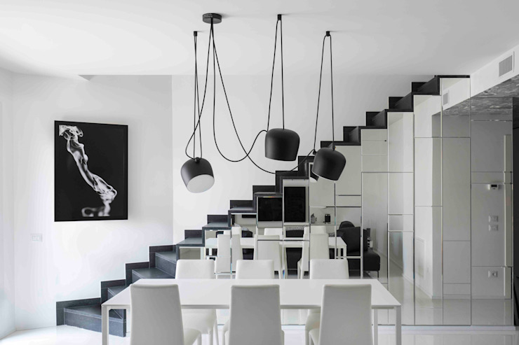 un attico in bianco e nero Soggiorno moderno di caterina pilar palumbo Moderno