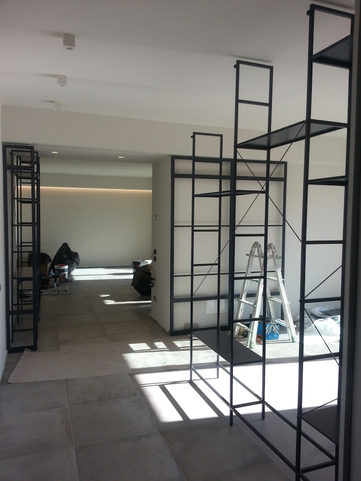 Laura Canonico Architetto Salas de estilo moderno Hierro/Acero Negro