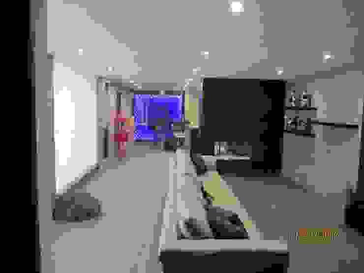 Sala de estar y chimenea Salones minimalistas de Forma Arquitectónica SA de CV Minimalista