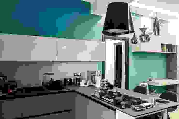 Cucina moderna con penisola di Meka Arredamenti Moderno