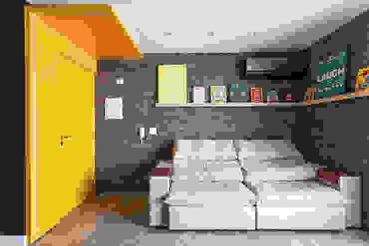 Sala de estar com texturas e cores marcantes Salas de estar ecléticas por Studio Elã Eclético