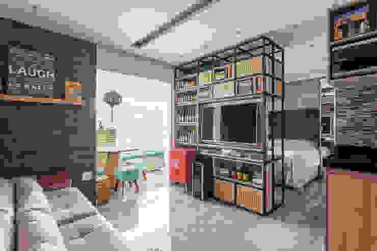 Sala de estar com móvel versátil Studio Elã Salas de estar ecléticas