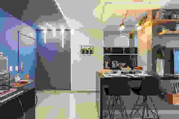 Apartamento moderno e cheio de personalidade para casal jovem Studio Elã Corredores, halls e escadas modernos