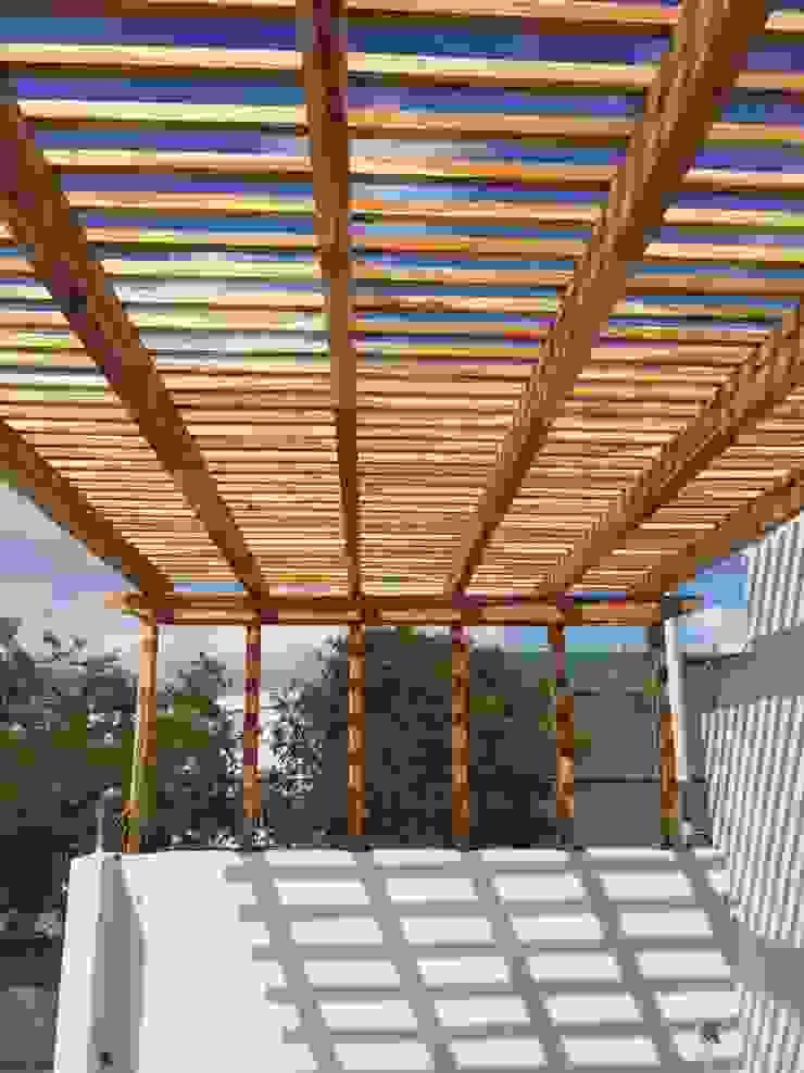 Pisos y Maderas Finas de Queretaro SA de CV Balcone, Veranda & Terrazza in stile moderno Legno Ambra/Oro