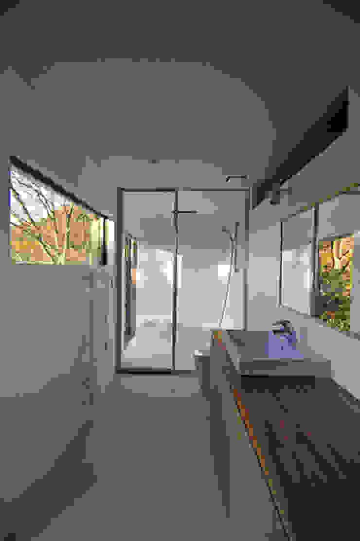 Modern bathroom by 株式会社横山浩介建築設計事務所 Modern