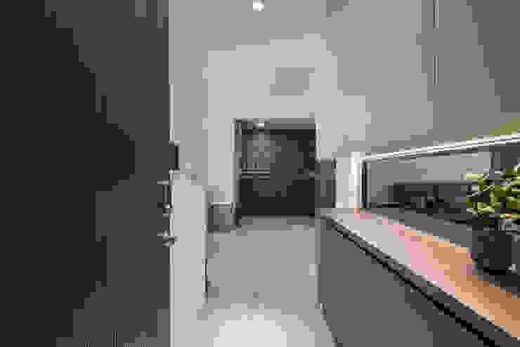 連建建設-連建自由/時代之光 現代風玄關、走廊與階梯 根據 SING萬寶隆空間設計 現代風