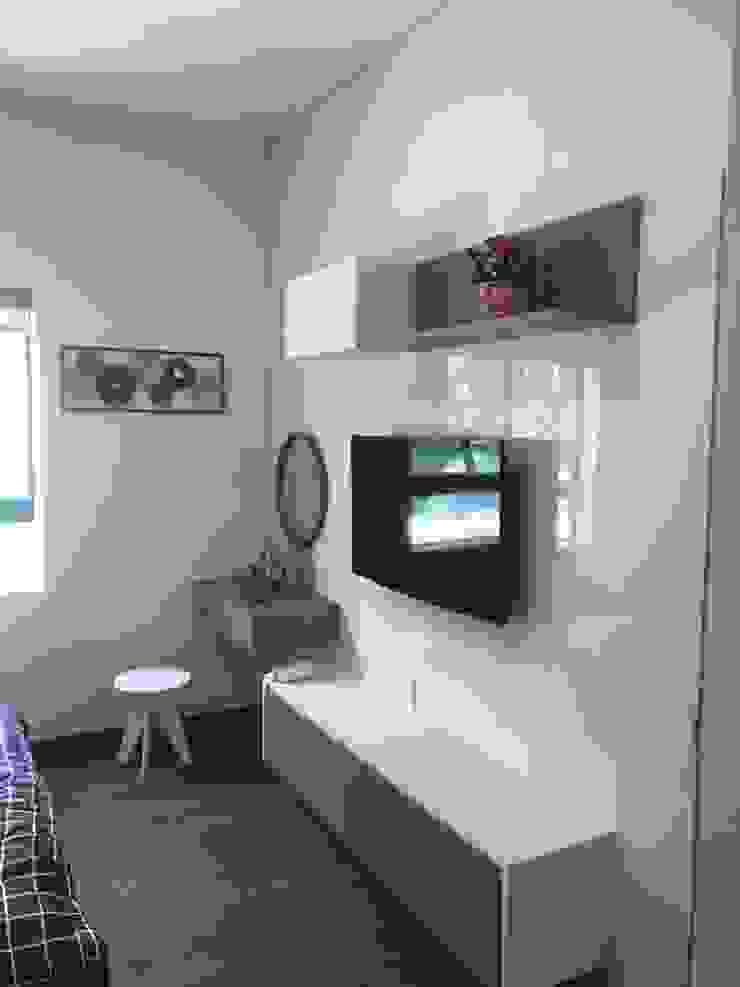 Kệ tivi: hiện đại  by OKIA Furniture, Hiện đại