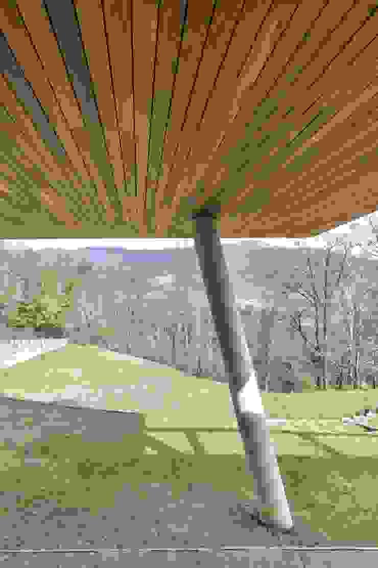 Ipe Lapacho di Déco definisce i volumi di una contemporanea residenza di design tra le colline di Déco Moderno Legno Effetto legno