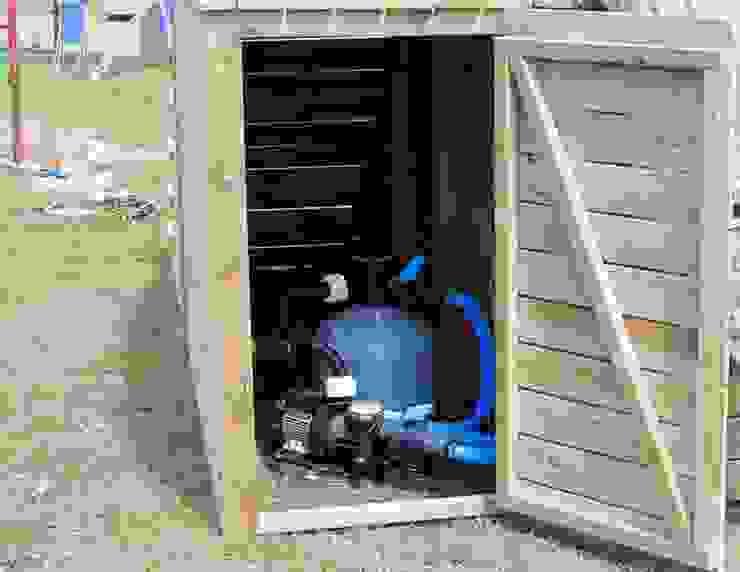 Pompa e Filtro a sabbia vengono chiusi tramite una porta sotto la scala. Aquazzura Piscine Giardino con piscina