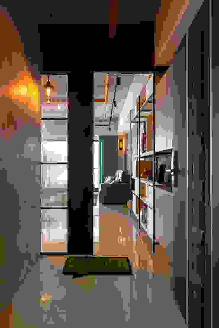 親子宅工業風 工業風的玄關、走廊與階梯 根據 于人空間設計 工業風