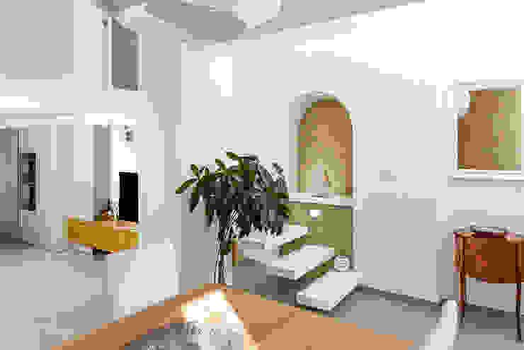 Ingresso con scala Ingresso, Corridoio & Scale in stile mediterraneo di manuarino architettura design comunicazione Mediterraneo Legno Effetto legno