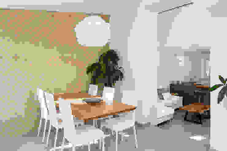 Zona pranzo Sala da pranzo in stile mediterraneo di manuarino architettura design comunicazione Mediterraneo Pietra
