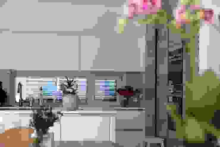 Küche mit 1/2 Insel archipur Architekten aus Wien Einbauküche Holz Weiß